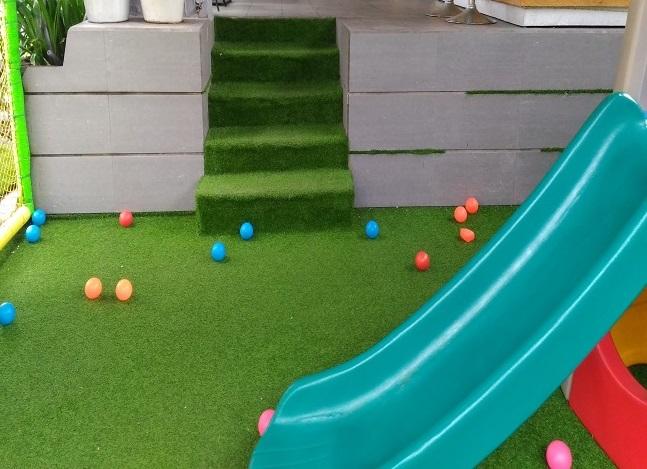 Trang trí sân trường mầm non bằng cỏ nhân tạo